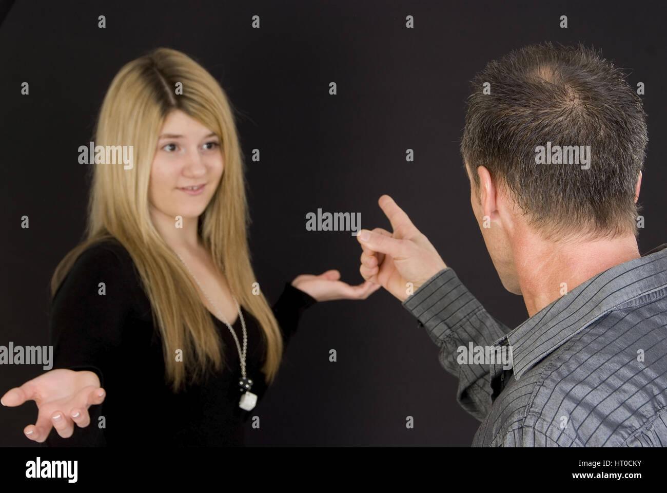 Jugendliche Tochter Und Vater Streiten Miteinander - Vater und Tochter argumentieren Stockbild