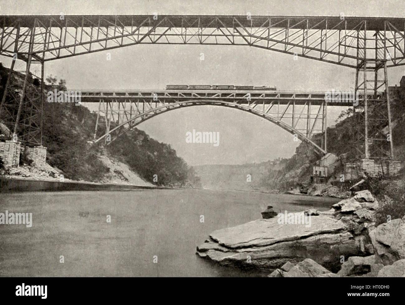 Ansicht der fertigen Bogen Eisenbahnbrücke, Freischwinger Brücke im Vordergrund, Niagara Falls, um 1900 Stockbild