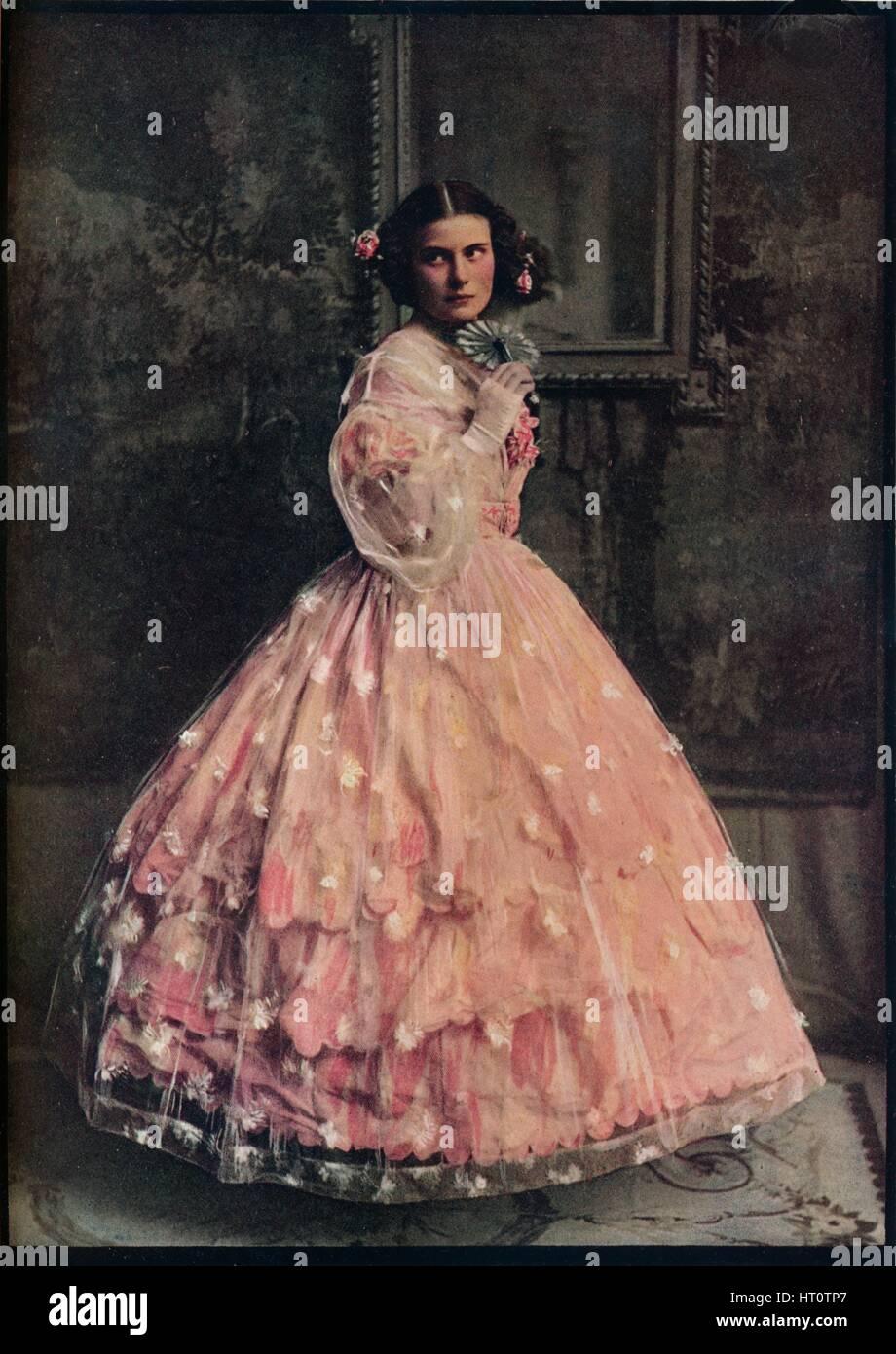 ein drei volants-ballkleid aus rosa seide mit Überkleid von