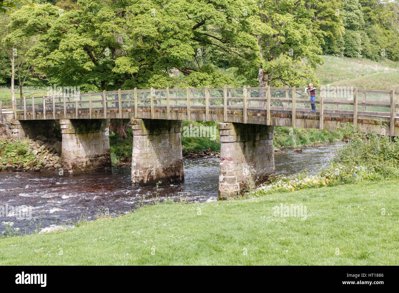 Stein-Fußgängerbrücke über der Flusses Wharfe in Bolton Abbey in den Yorkshire Dales. Die Brücke ist mit lokalem Stockfoto