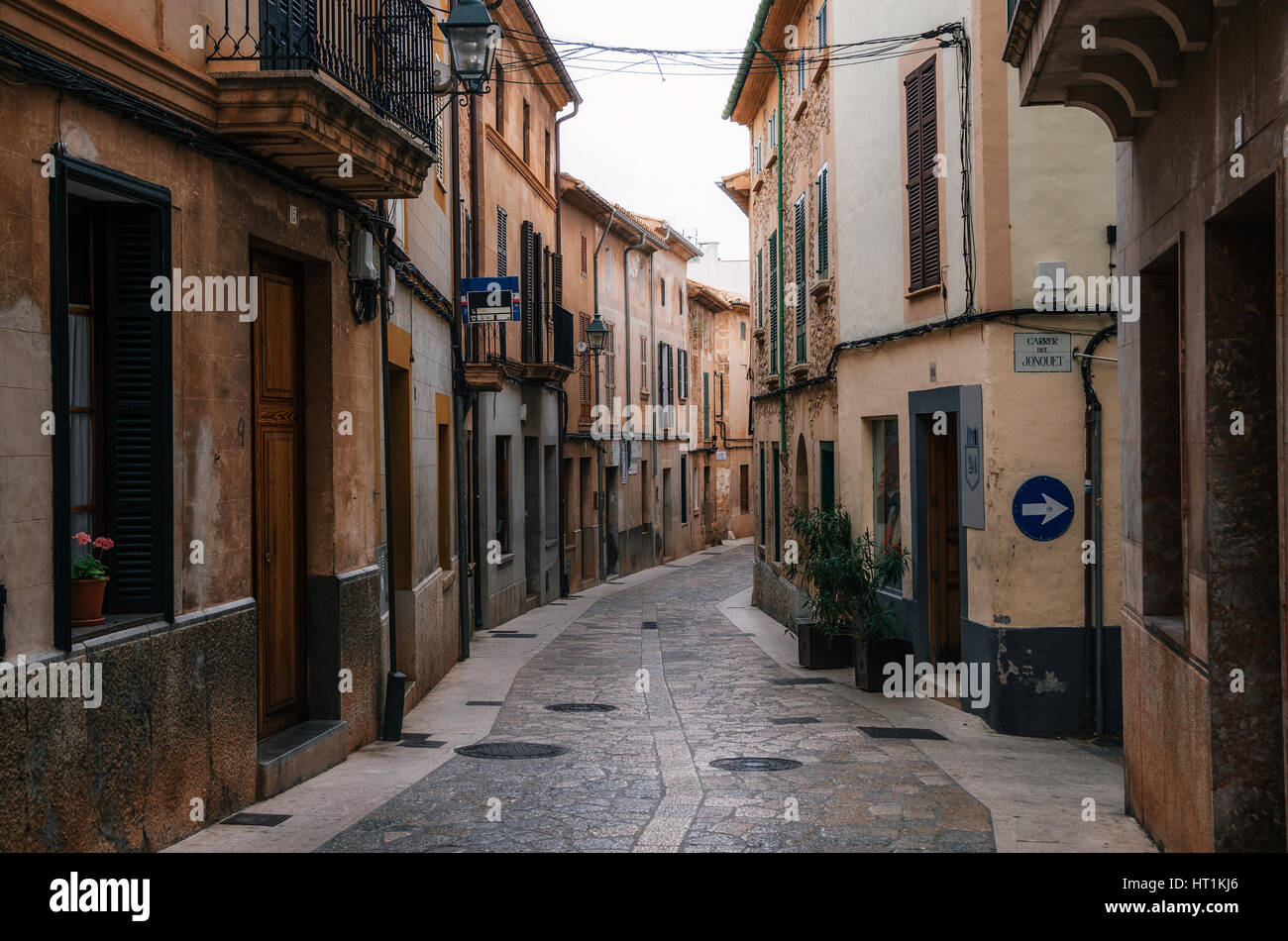 Enge und kurvige Straßen in Teil der Altstadt von Pollensa mit seinen traditionellen Stein beherbergt, Mallorca, Stockbild