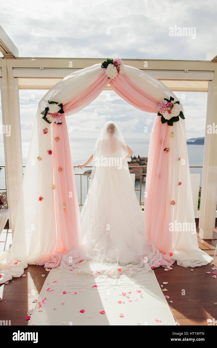 Braut Im Bogen Hochzeit Schone Hochzeit Bogen Und Insel Stockfoto