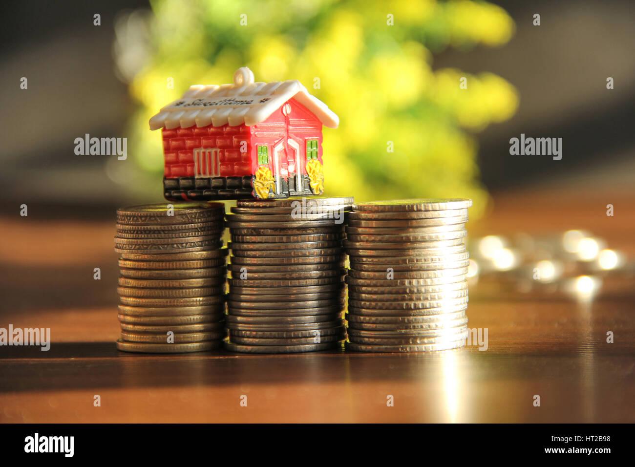 Sparen Geld, Haus oder zu Hause zu kaufen. Sparschwein mit Stapel der Münzen Stockbild