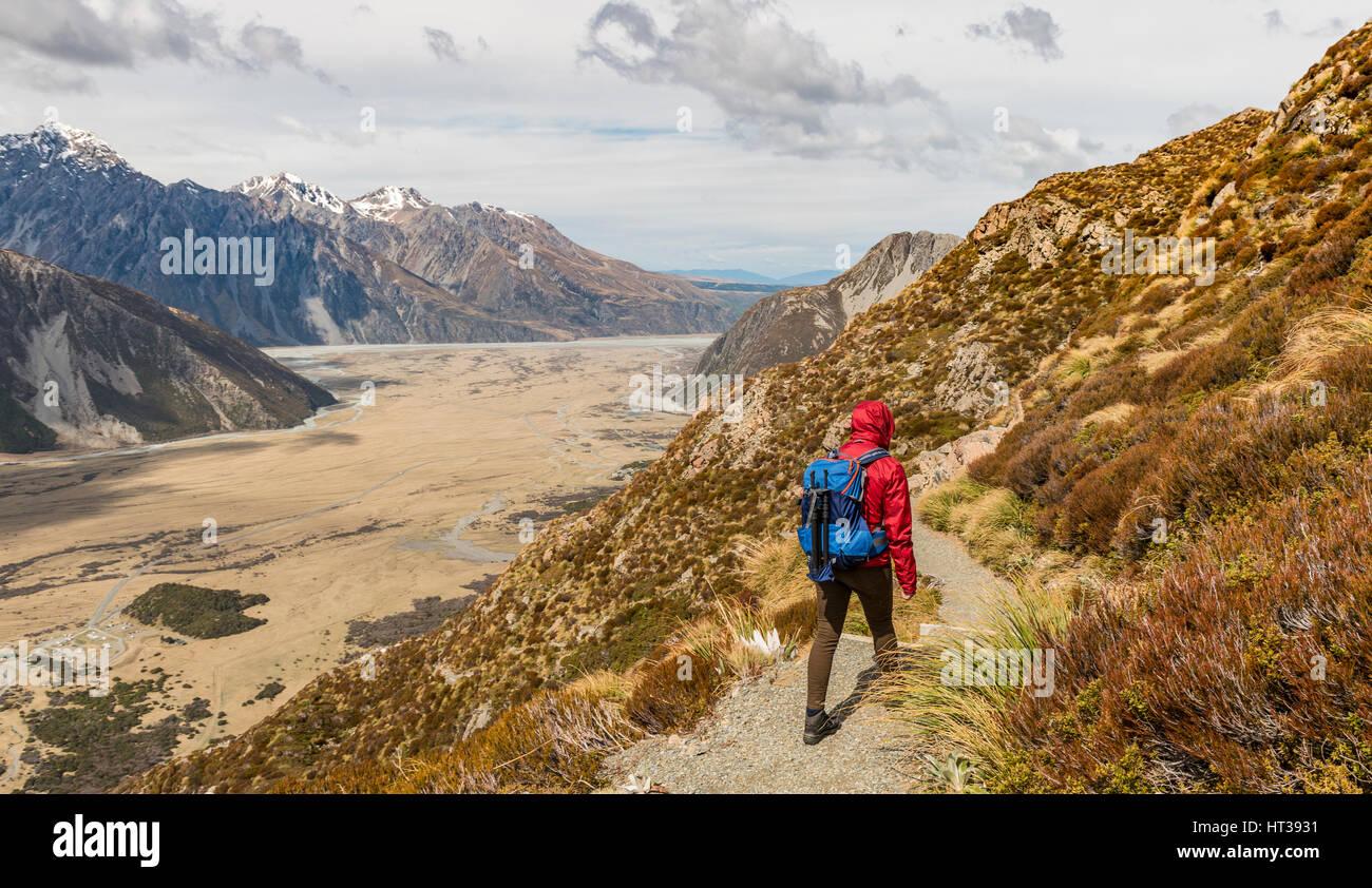 Wanderer, Einblick in das Hooker Valley von Sealy Bergseen Track, Mount Cook Nationalpark, Region Canterbury, Südinsel Stockbild