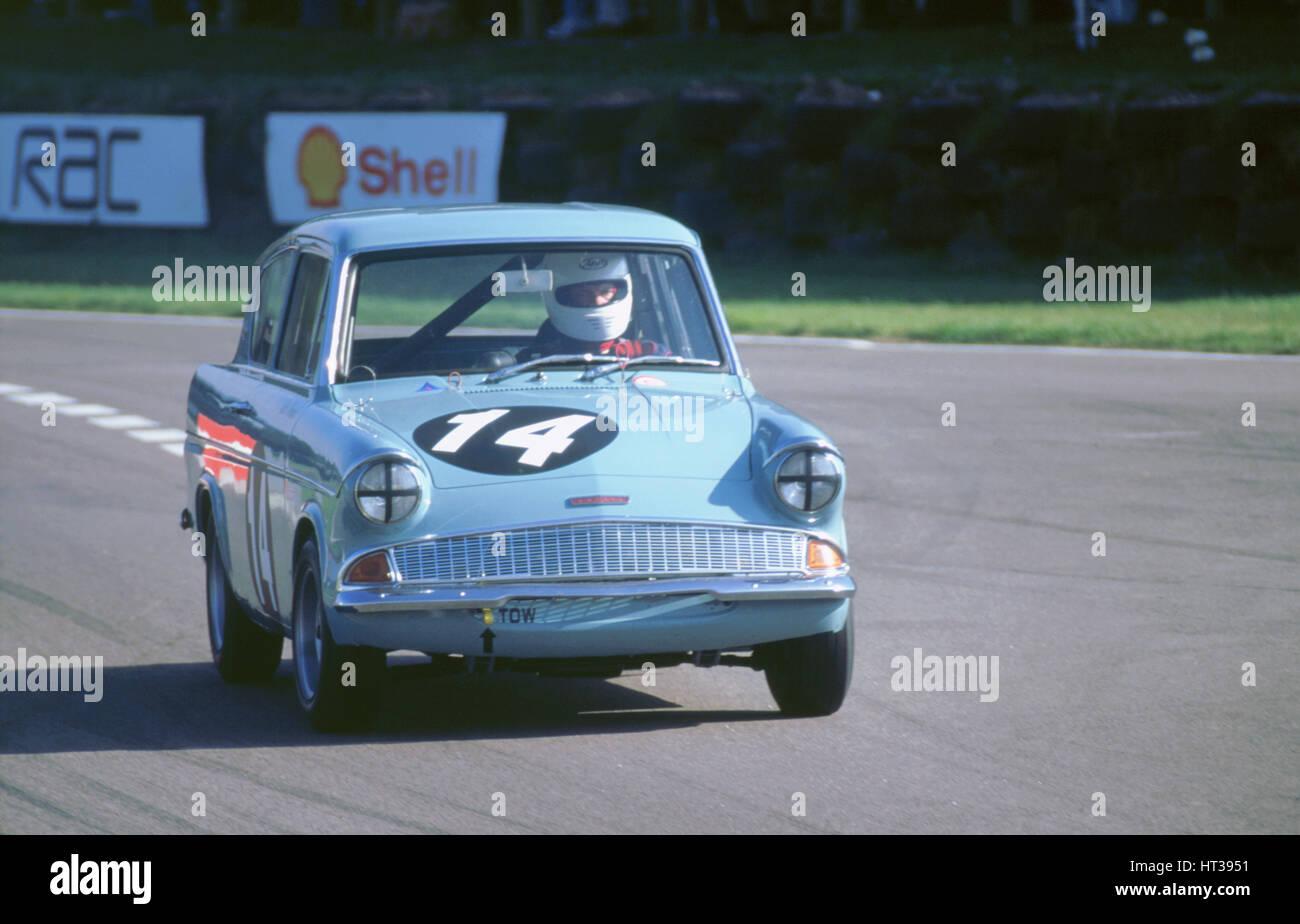 Ford Anglia Rennen 1998 beim Goodwood Revival. Künstler: unbekannt. Stockbild