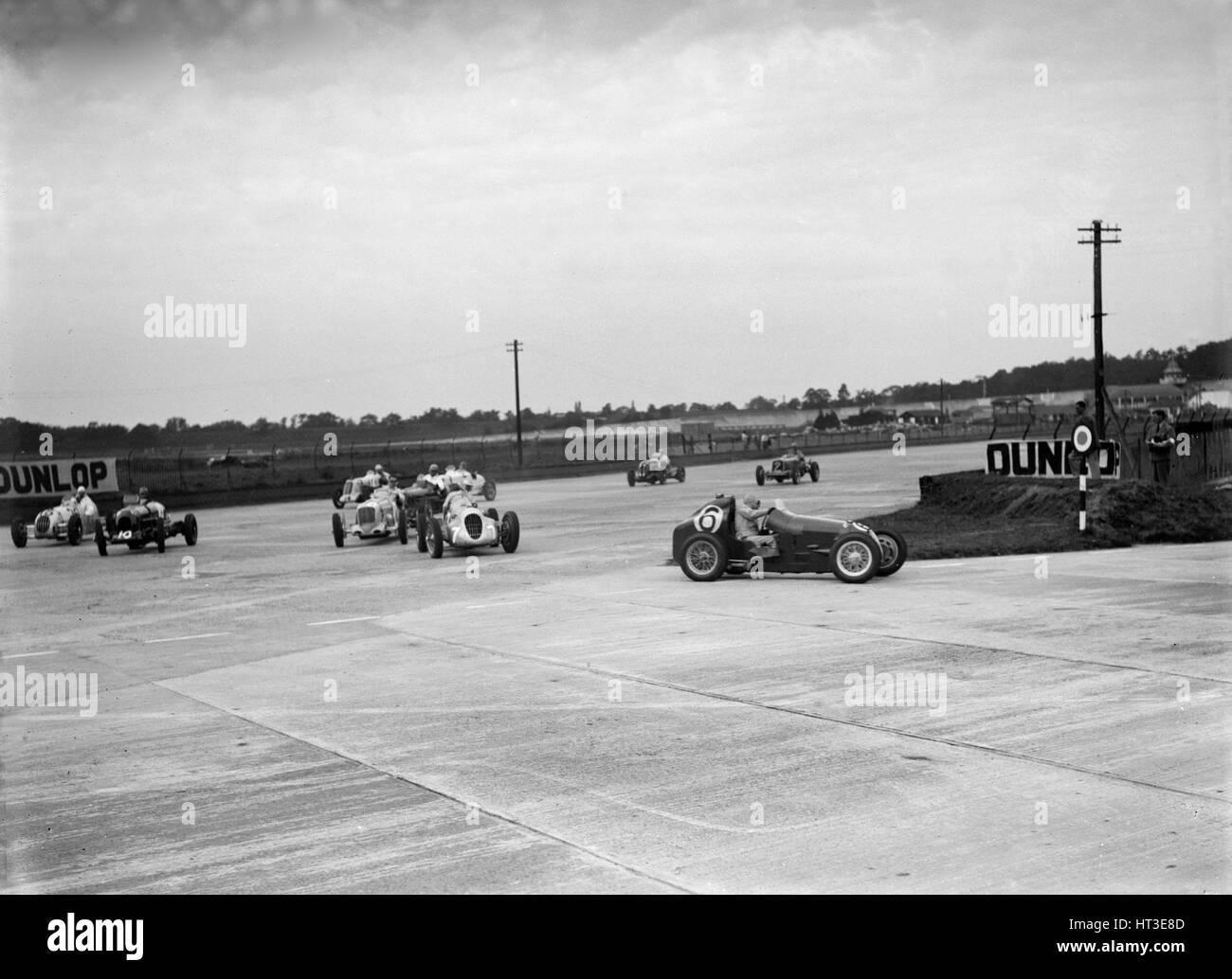 Autorennen auf der Campbell-Rennstrecke in Brooklands. Künstler: Bill Brunell. Stockbild