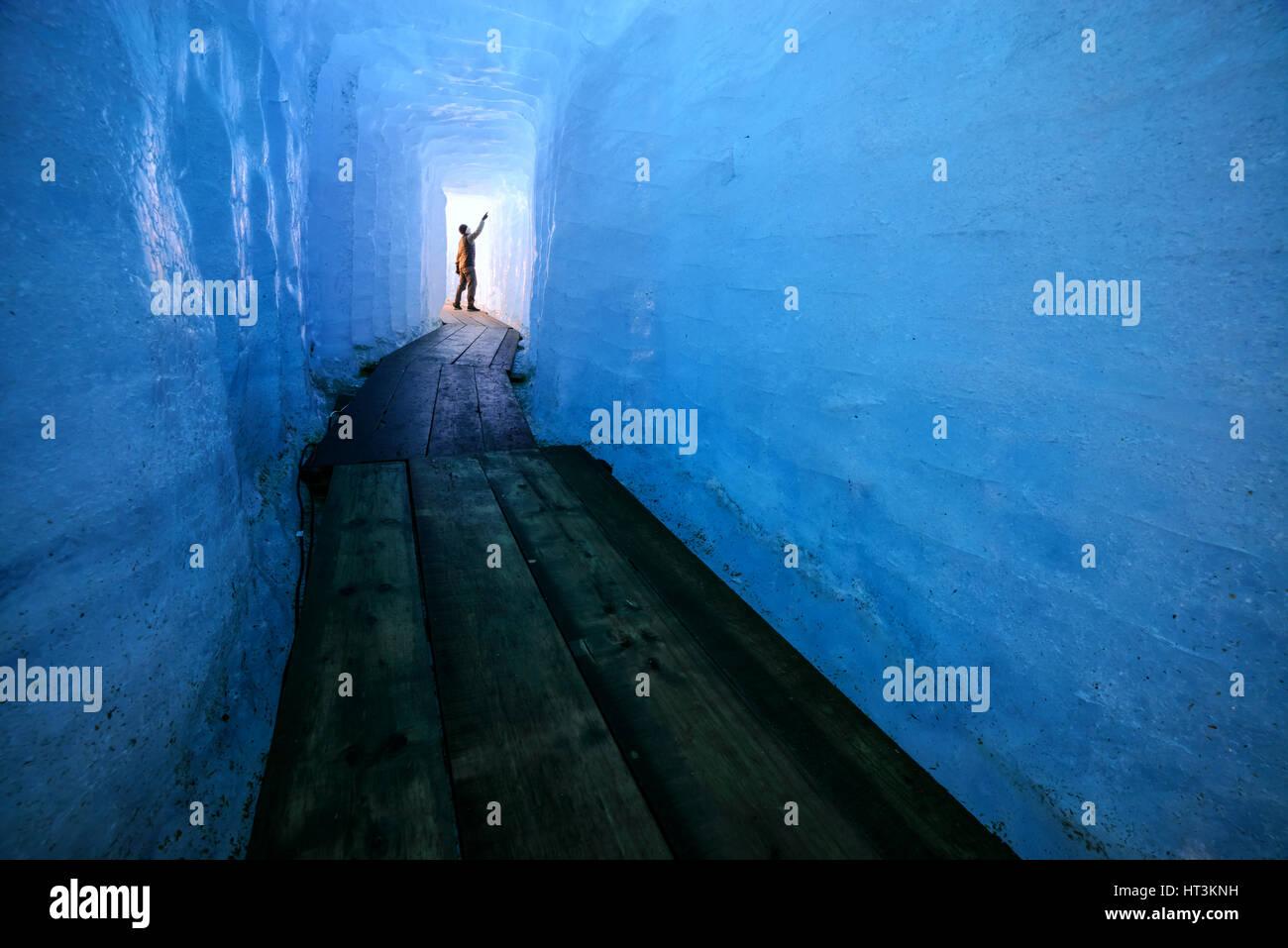 Mann-Silhouette in der Eishöhle. Rhone Gletscher, Schweiz, Europa. Stockbild