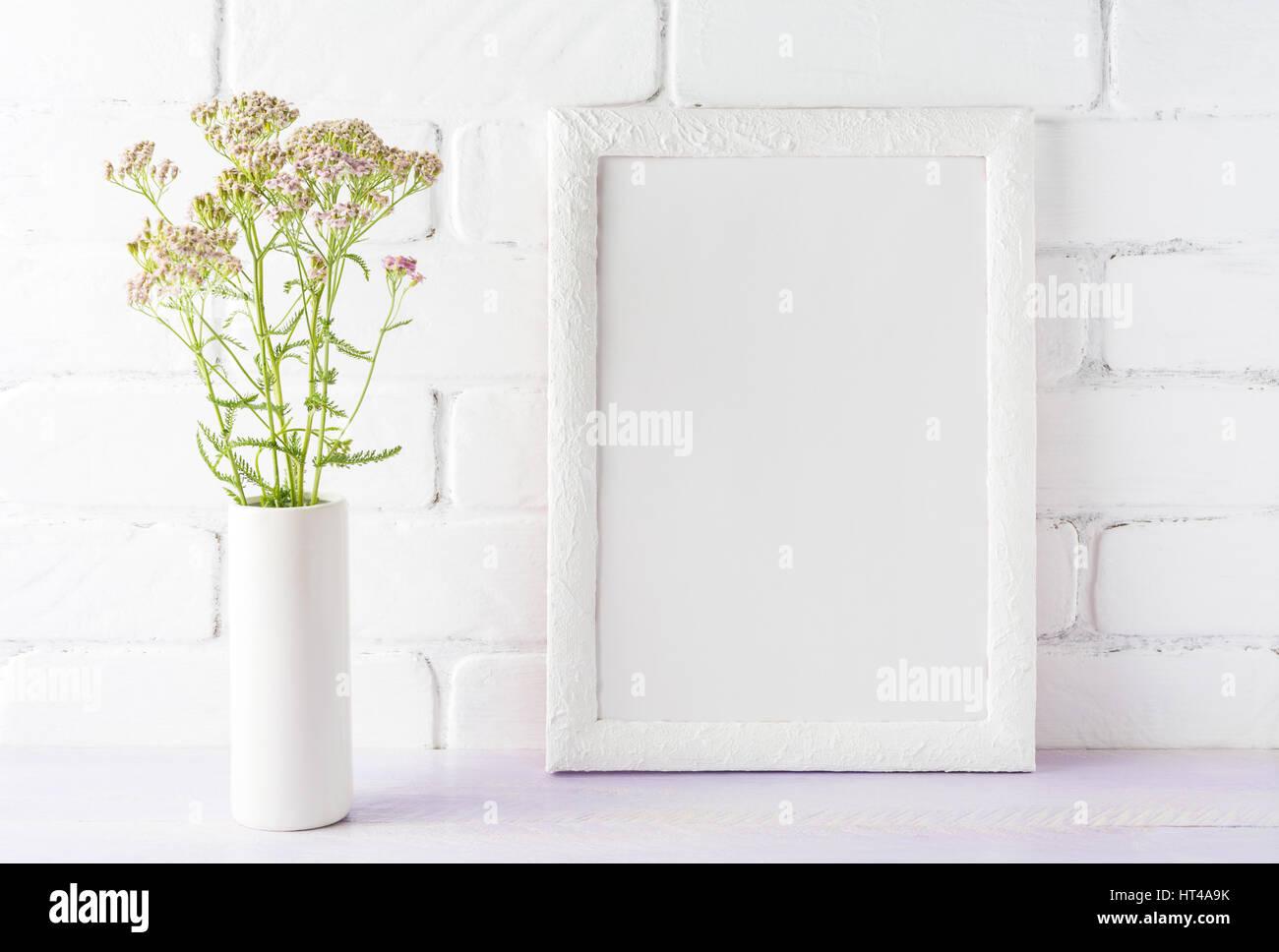 Weißer Rahmen Mockup mit cremigen rosa Blüten im Zylinder Vase in ...