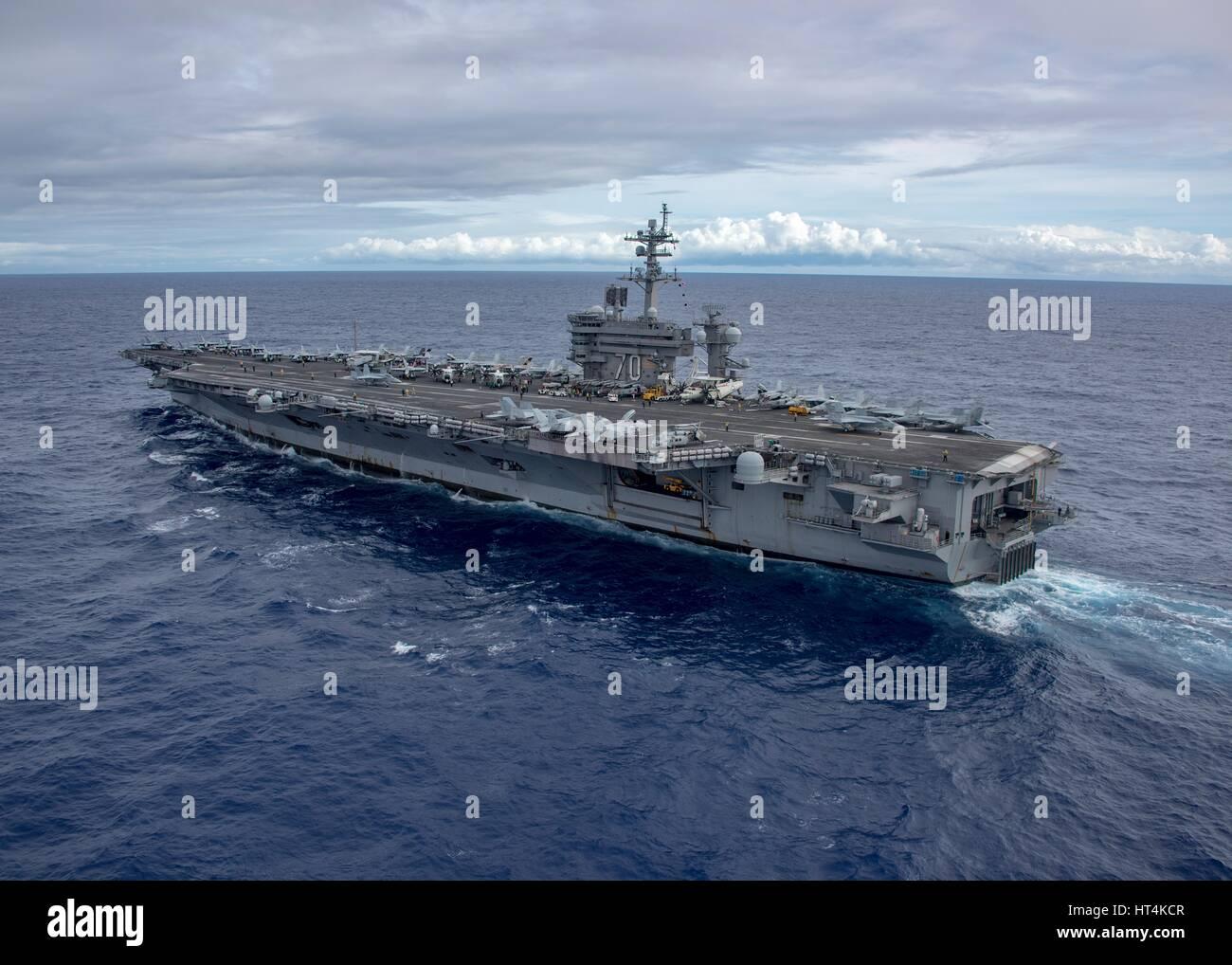 Die USN Nimitz-Klasse-Flugzeugträger USS Carl Vinson dampft im Gange 4. Februar 2017 im Pazifischen Ozean. Stockbild