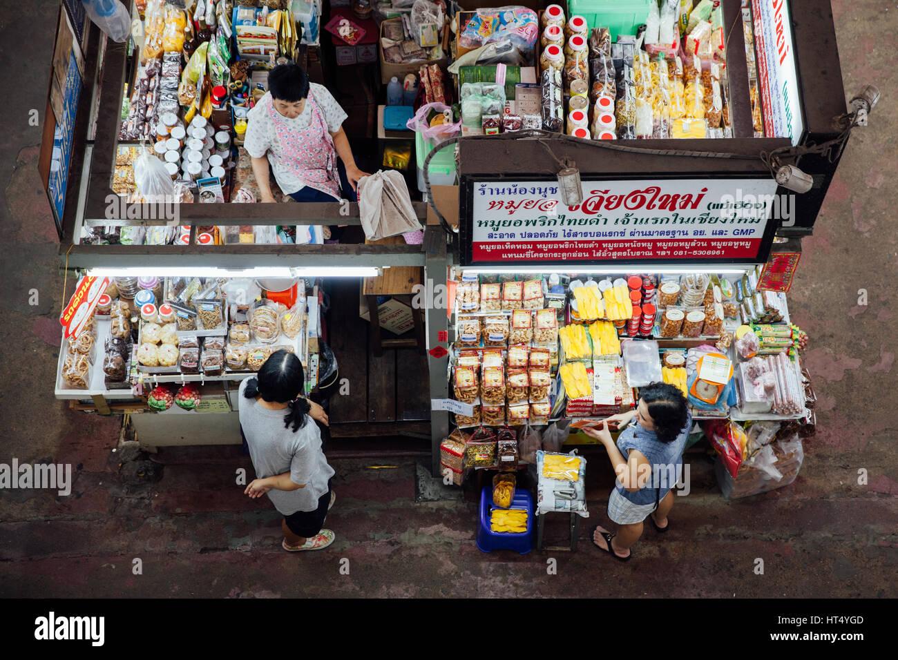 Chiang Mai, Thailand - 27. August 2016: Die Gruppe der Anbieter warten Kunden an den Warorot Markt am 27. August Stockfoto