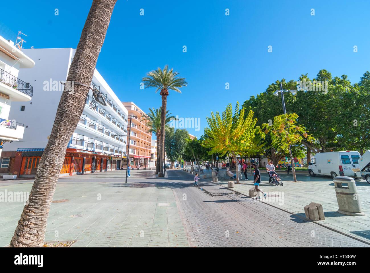 Sant Antoni de Portmany, Ibiza, 6. November 2013.   Tourismus in Spanien.   Menschen genießen das schönes Stockbild