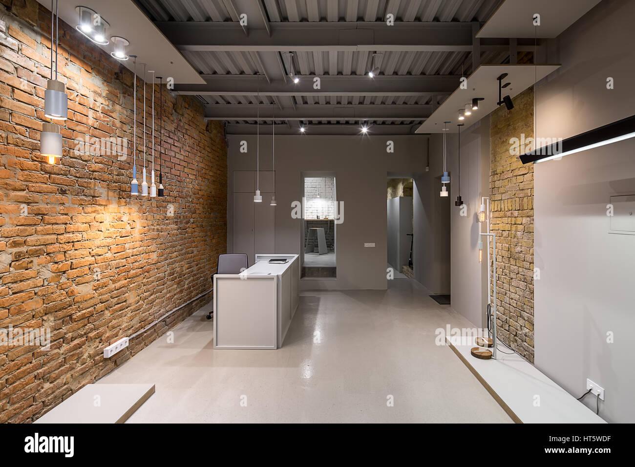 b ro im loftstil mit ziegel und graue w nde es gibt viele verschiedenen leuchtende lampen. Black Bedroom Furniture Sets. Home Design Ideas