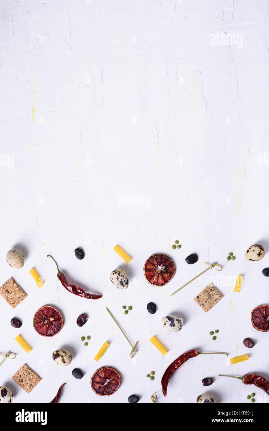 Flache Laien Essen Muster der verschiedenen Lebensmittelzutaten. Ansicht von oben, Raum zu kopieren. Lebensmittelgeschäft Stockbild