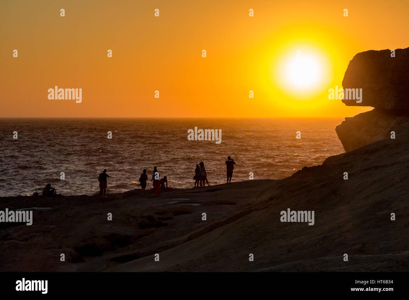 Silhouetten von Menschen durch das azurblaue Fenster, Malta Stockbild