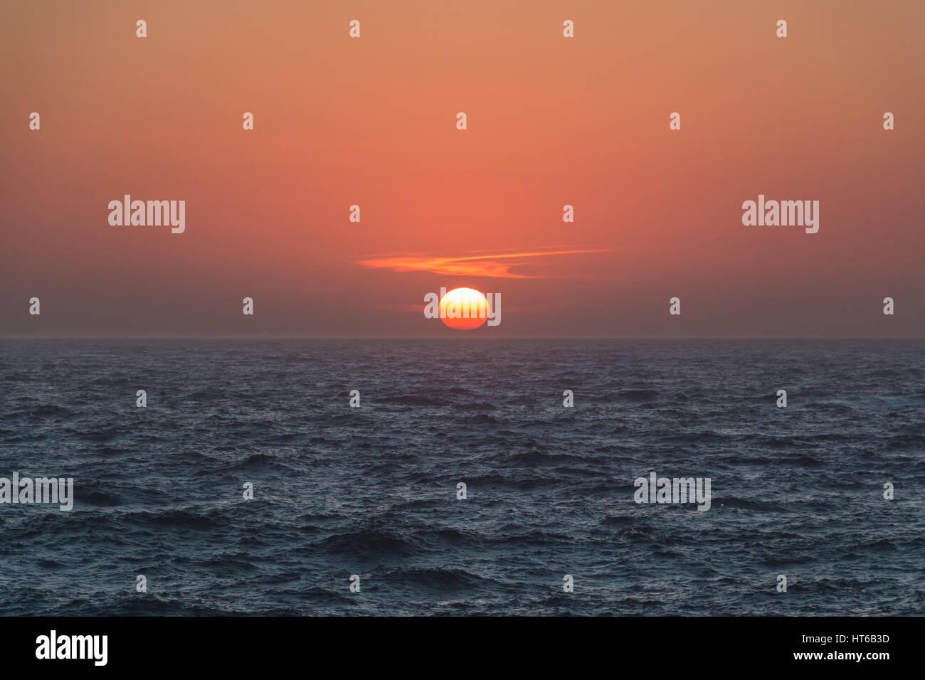 Sonnenuntergang über dem Mittelmeer Stockbild