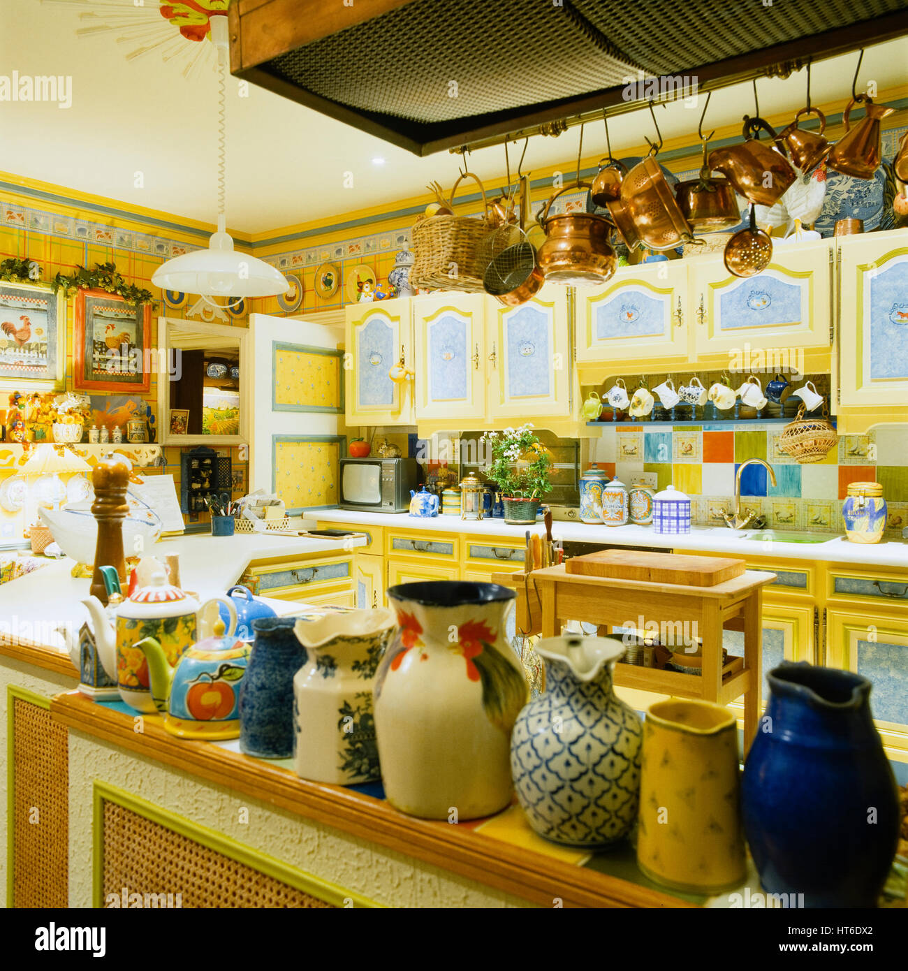 Küche im Retro-Stil gelb Stockfoto, Bild: 135366954 - Alamy