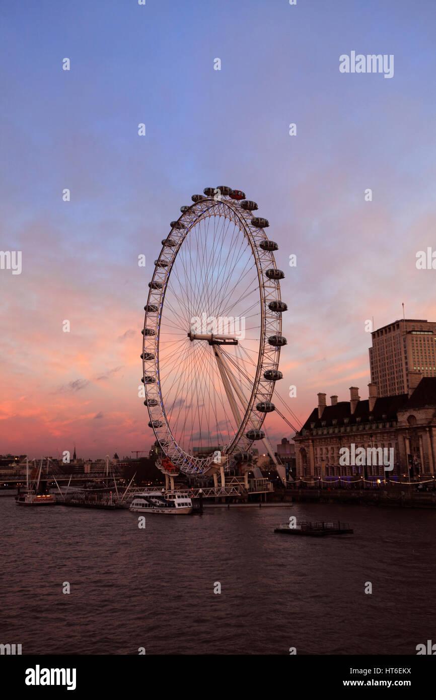 Sommer Sonnenuntergang, oder millennium London Eye Aussichtsrad 1999 eröffnet, South Bank, Themse, Lambeth, Stockbild