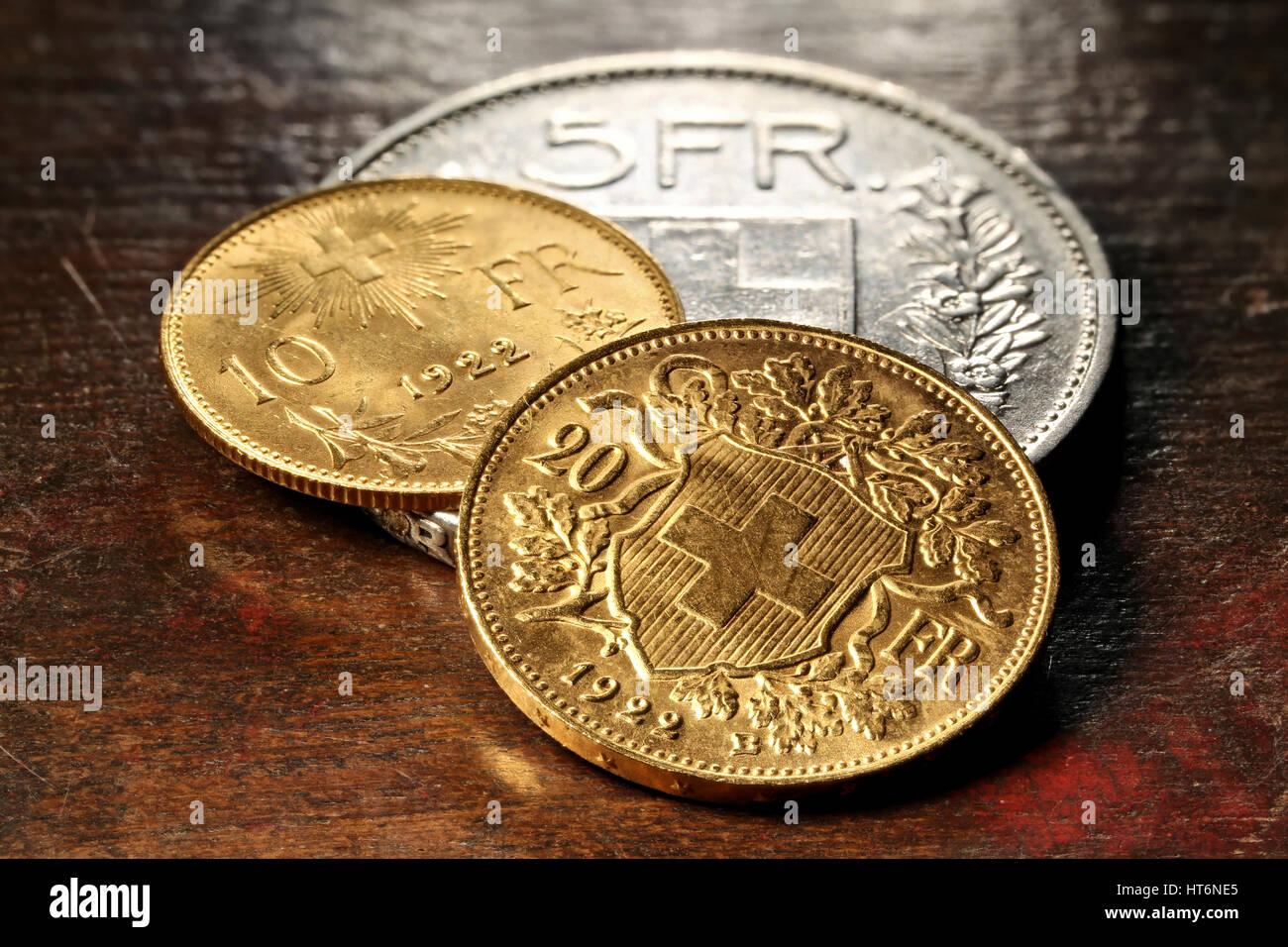 Schweizer Silber Und Gold Münzen Auf Rustikalen Hölzernen