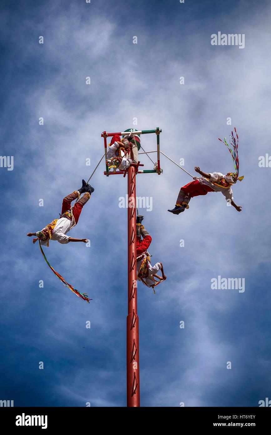 Ixtapa/ZIHUATANEJO, Mexiko - 24. Dezember 2015: The Danza de Los Voladores (Tanz der Flyer) oder Palo Volador (Pole Stockbild
