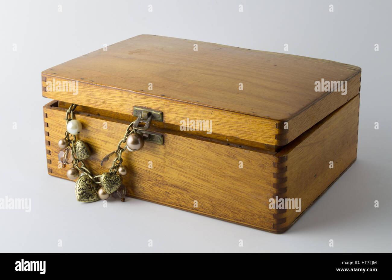 Schöne Vintage Holzbox mit Herz und Perle Halskette isoliert auf weißem Hintergrund Stockfoto