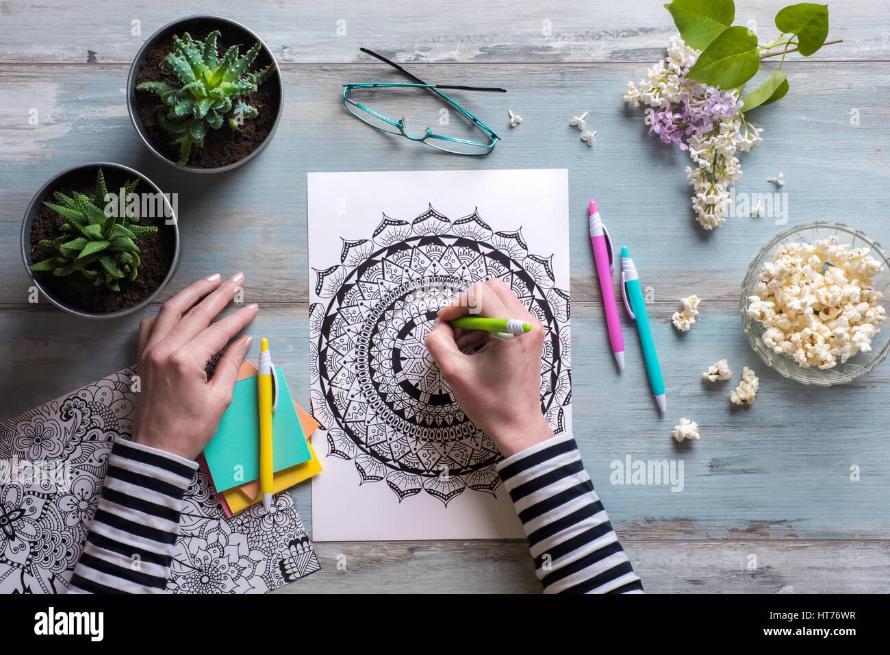 Flach, weiblichen Färbung nach Malbücher, neue Spannungsarmglühen Trend Stockbild