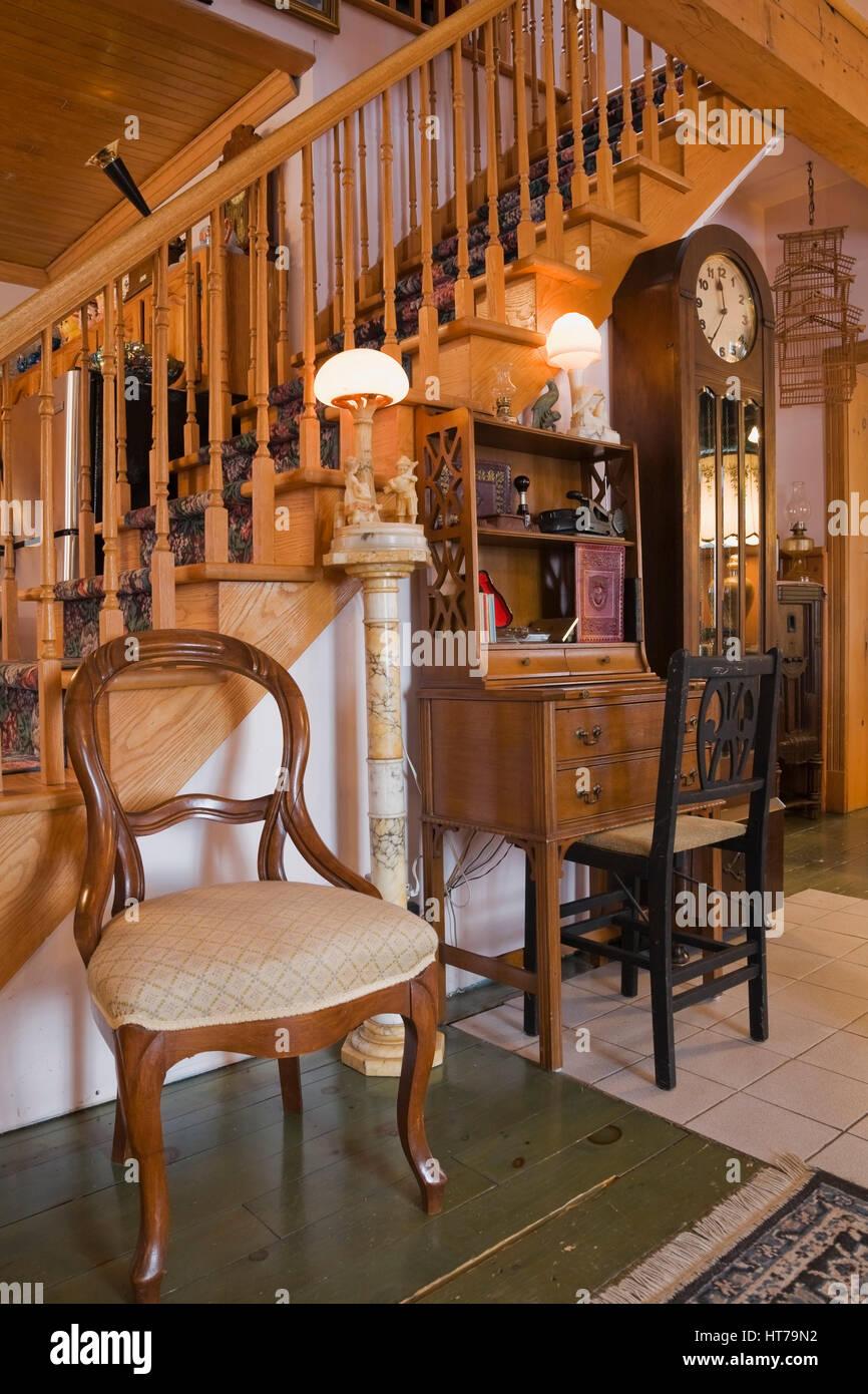 Wohnzimmer Mit Eleganten Holztreppe Innerhalb 1904 Altes Haus Im Viktorianischen  Stil Eingerichtet.