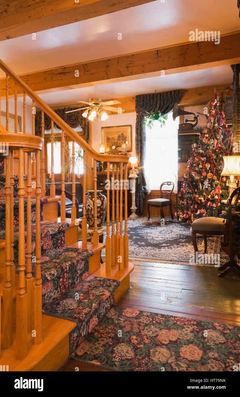Elegante Holztreppe Und Wohnzimmer Mit Weihnachtsbaum In Einem 1904 Altes  Haus Im Viktorianischen Stil Eingerichtet.