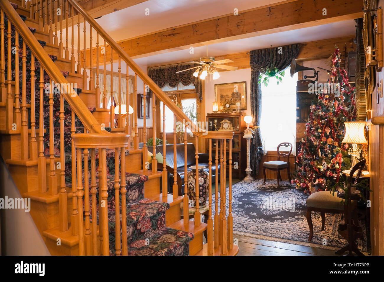 Attraktiv Elegante Holztreppe Und Wohnzimmer Mit Weihnachtsbaum In Einem 1904 Altes  Haus Im Viktorianischen Stil Eingerichtet.