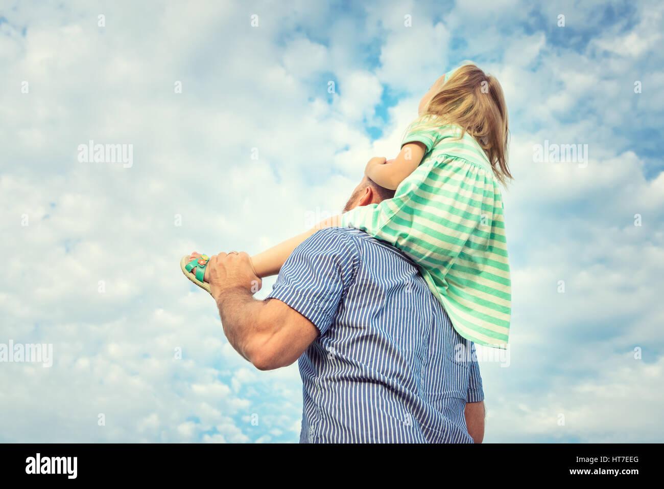 Entzückende Tochter und Vater Porträt, glückliche Familie, Zukunftskonzept Stockbild