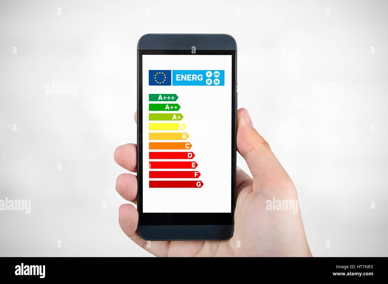 Mann hält Smartphone mit Energie-Effizienz-Diagramm. Einsparungen bei den Wohnkonzept Stockbild