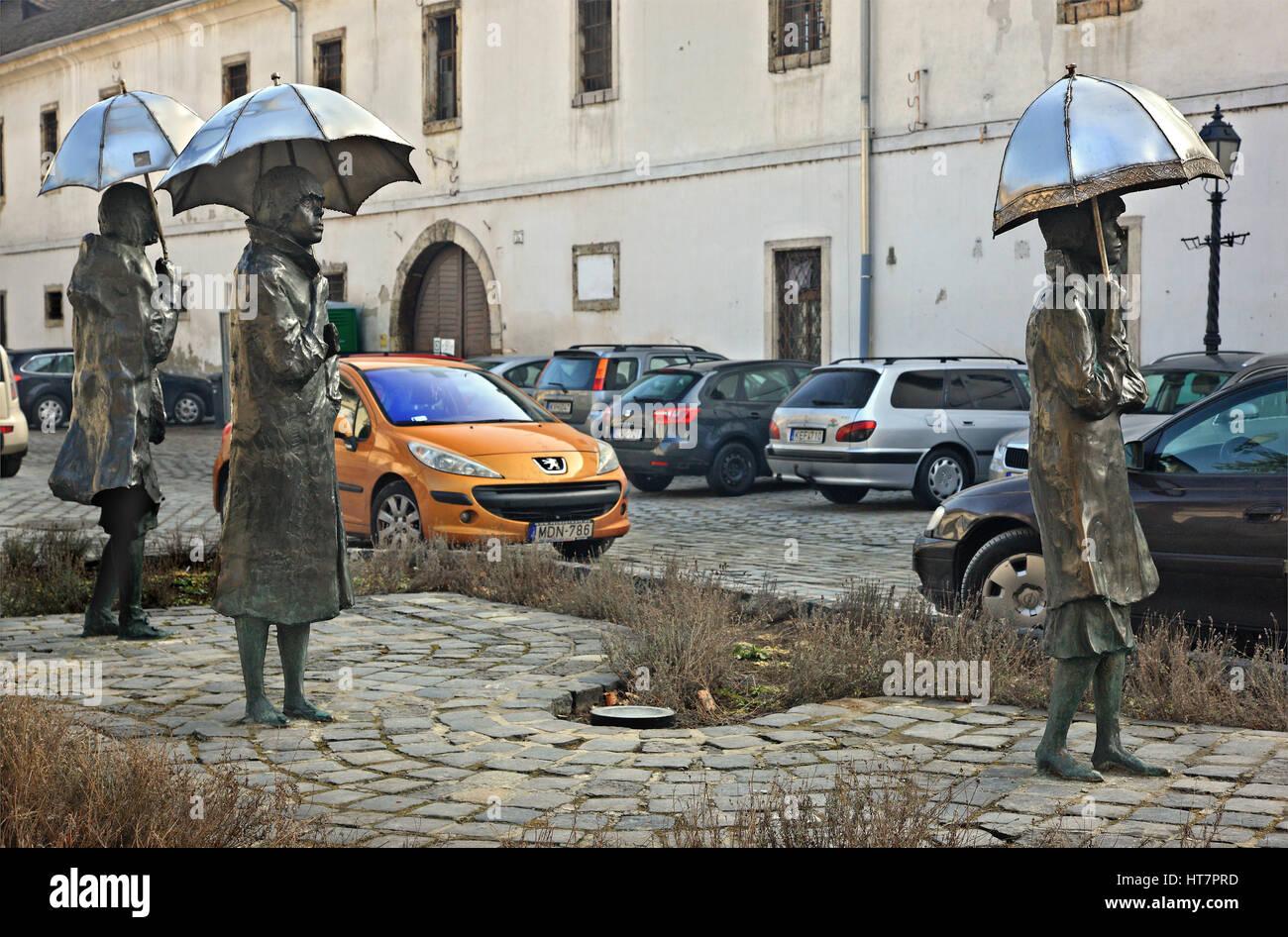 """Skulptur von Damen mit Sonnenschirmen von berühmten ungarischen Künstler Imre Varga in Obuda (""""Alt Stockbild"""
