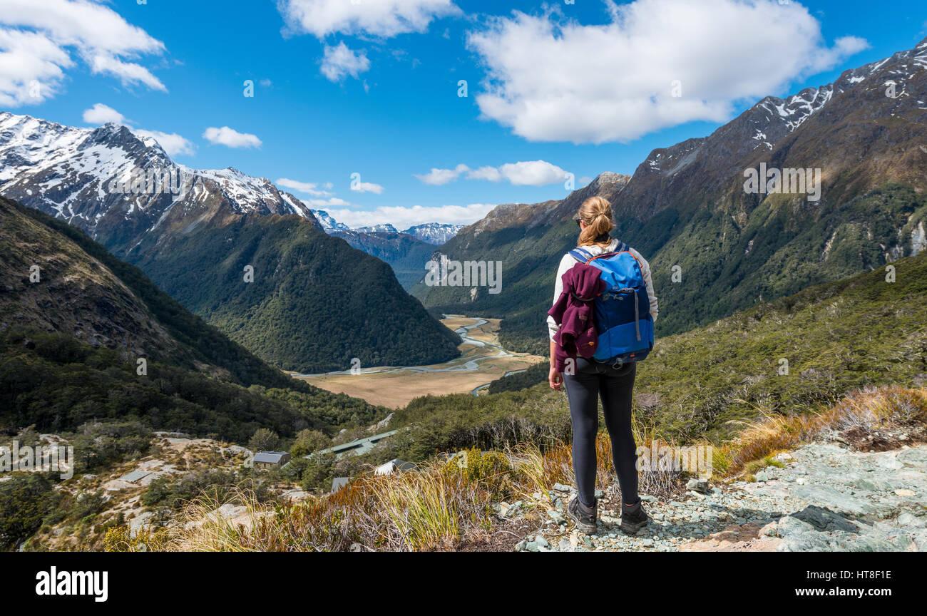 Wanderer mit Blick auf den Routeburn Flats, Routeburn Track, hinter Bergen von Humboldt, Westland-Distrikt, Westküste, Stockbild