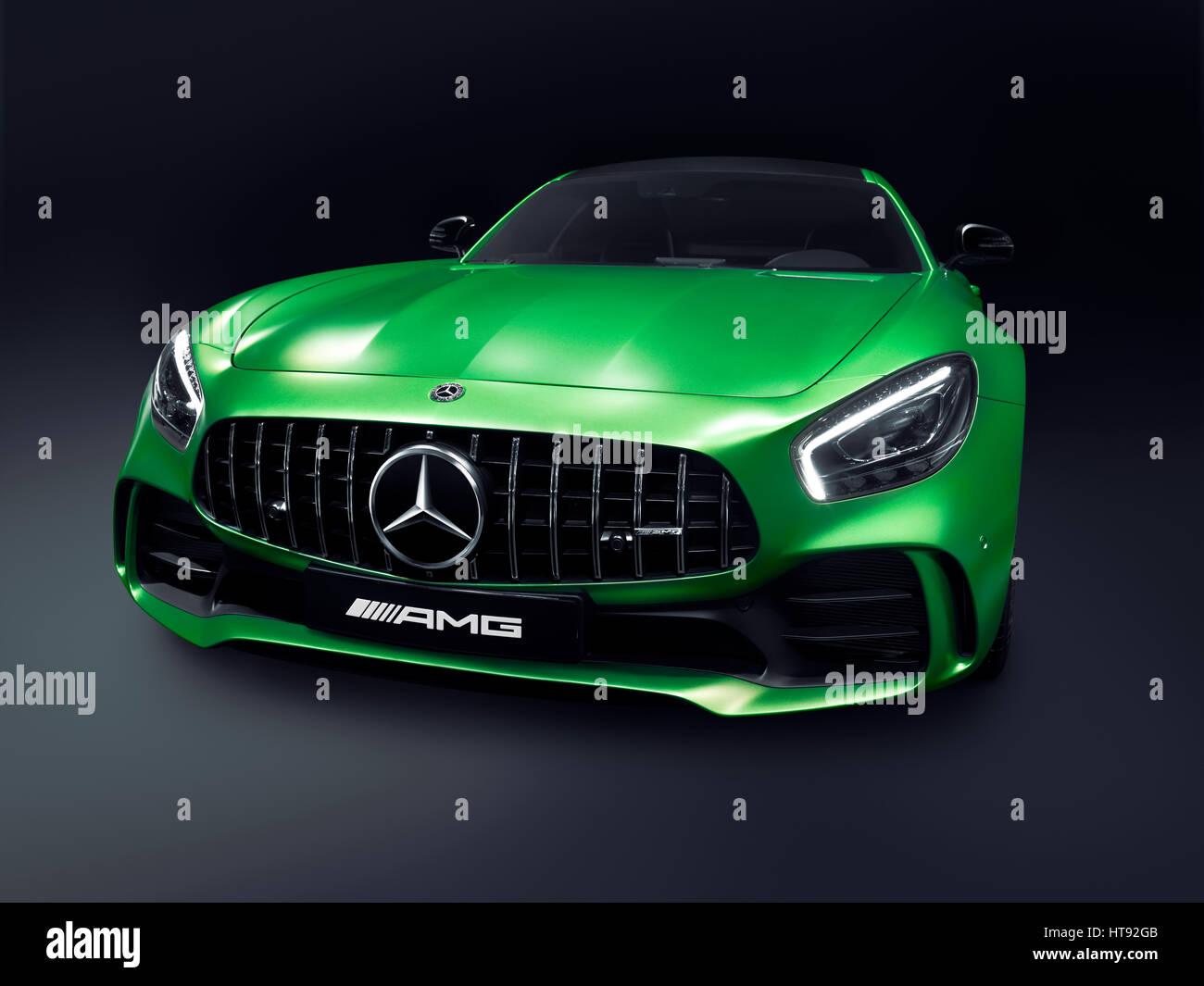 Grun 2017 Mercedes Benz Amg Gt R Coupe Sportwagen Auto Grand Tourer Luxus Isoliert Auf Schwarzem Hintergrund Mit Beschneidungspfad Stockfotografie Alamy
