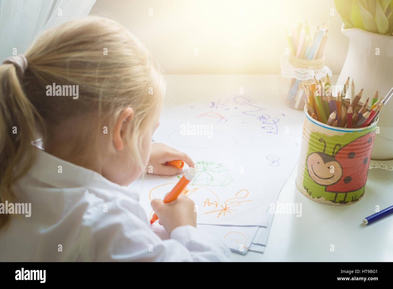 Kreativität Konzept. Kleines Mädchen Zeichnung Stockbild