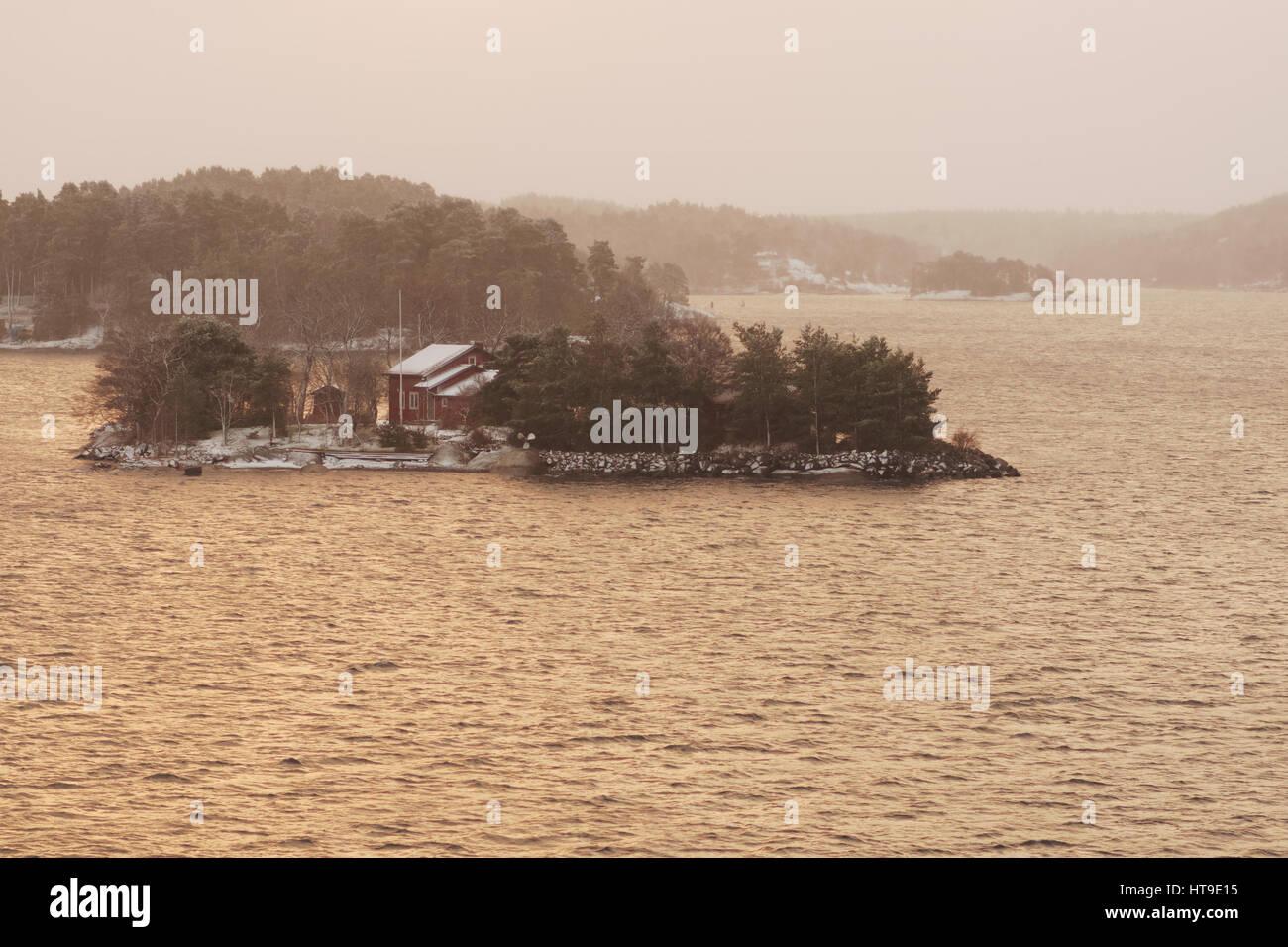 Eine der Inseln der Stockholmer Schären im winter Stockbild