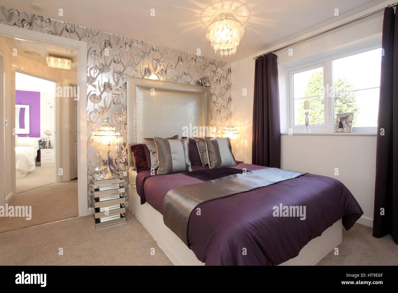Wohngebäude, Schlafzimmer Dekoriert In Lila Und Silber, Wand, Silberne  Tapete, Blumenmuster, Bad, Schränke,