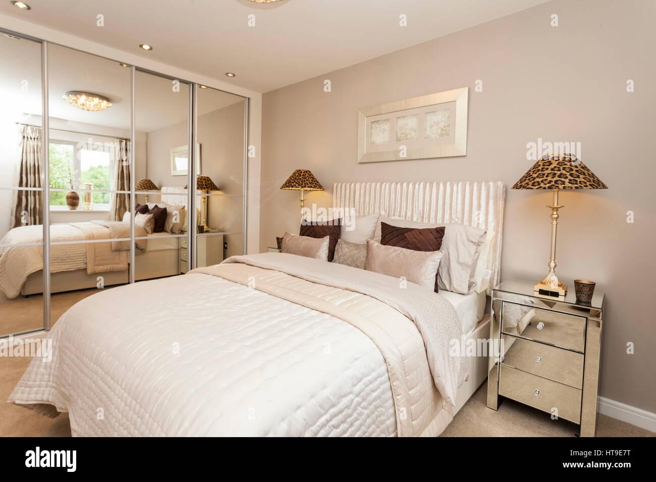 Wohngebäude, Schlafzimmer, Weiß, Beige, Creme, Neutrale Farben,  Verspiegelte Schränke, Spiegelschränke Am Krankenbett,