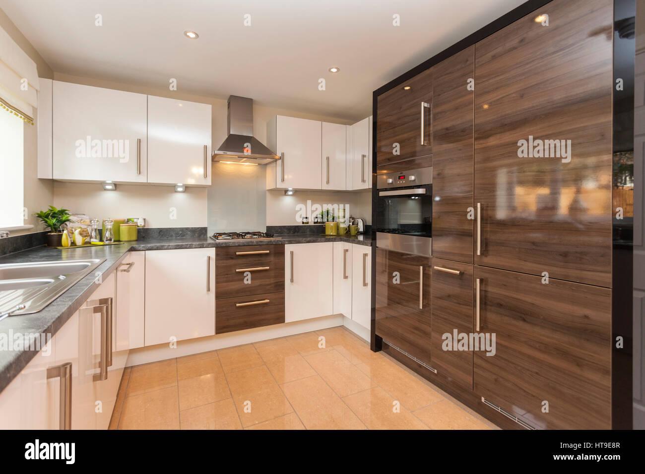Home Interieur, moderne Küche, neue Heimat, weiße Einheiten zu bauen ...