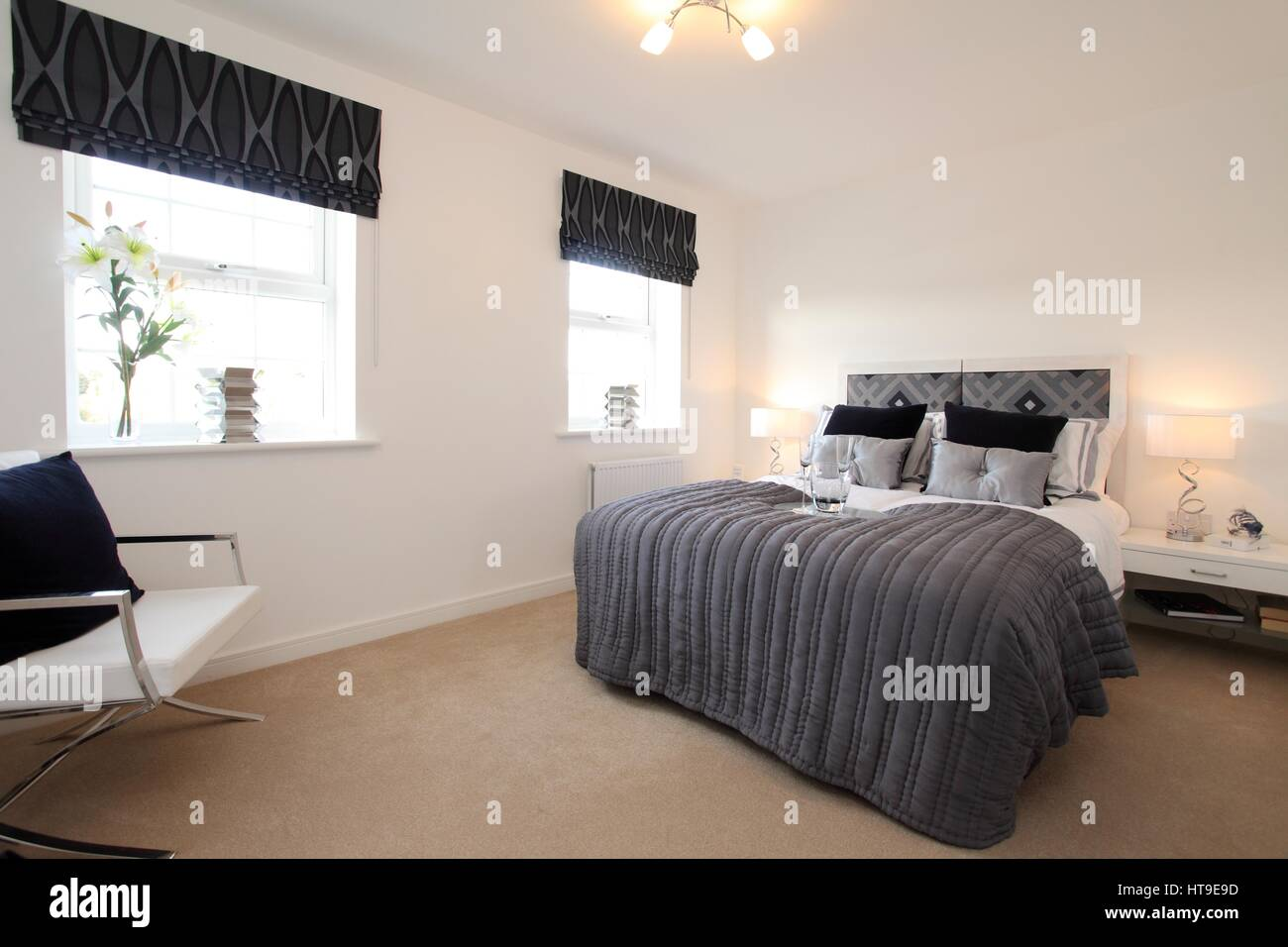 Wohngebäude, Schlafzimmer, Modernes, Neues Bauen, Grau Tagesdecke, Wurf,  Stuhl, Kissen, Beige Teppich,