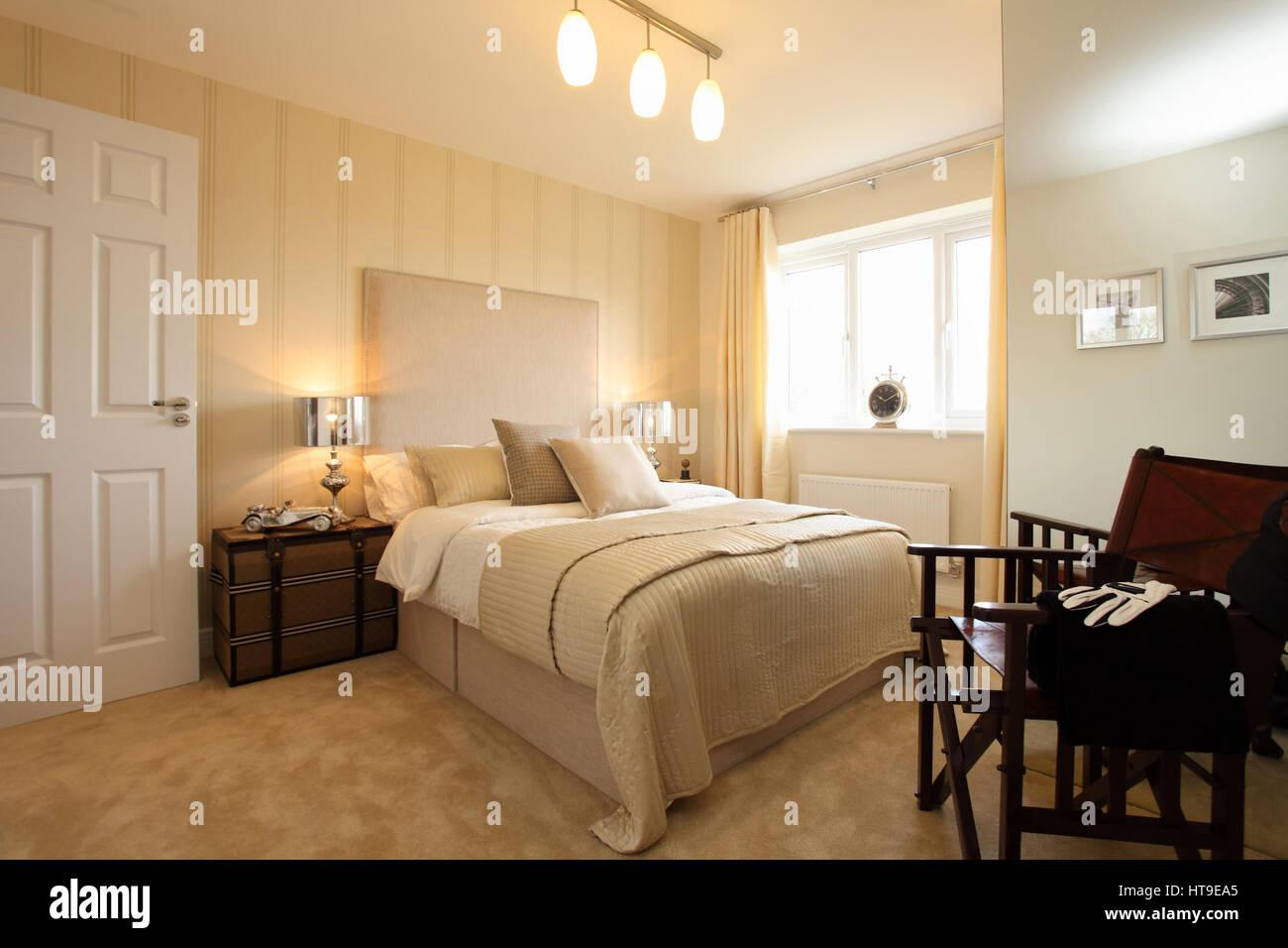 Wohngeb ude schlafzimmer gelbe creme dekor hell hell luftig tagesdecke creme kissen wurf - Tagesdecke schlafzimmer ...