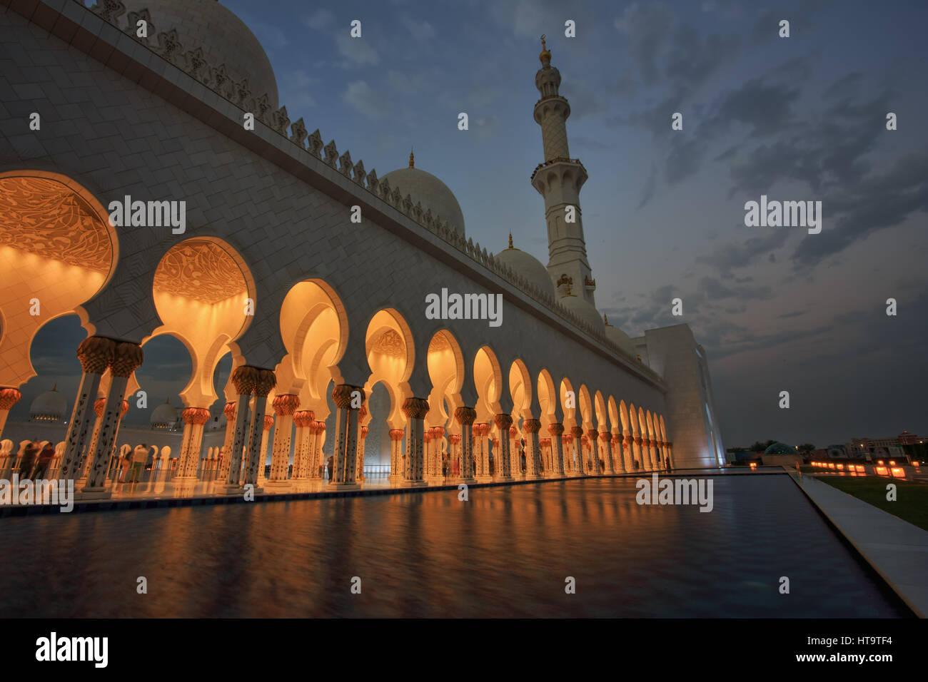 Sheikh Zayed Grand Moschee in der Abenddämmerung, Abu-Dhabi, UA Stockbild