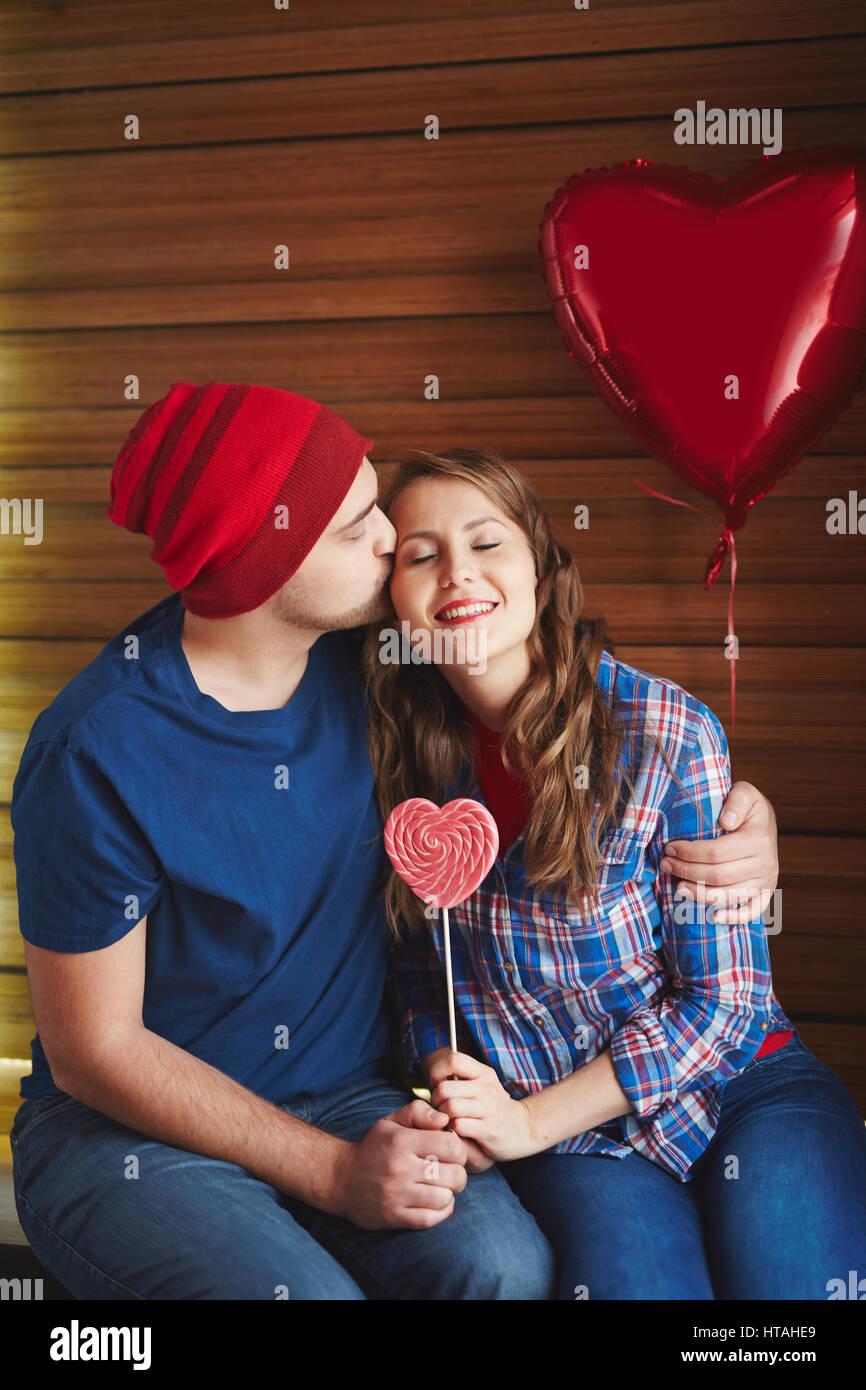 Glückliches Mädchen Lächelnd Während Verliebter Mann Umarmt Sie Und