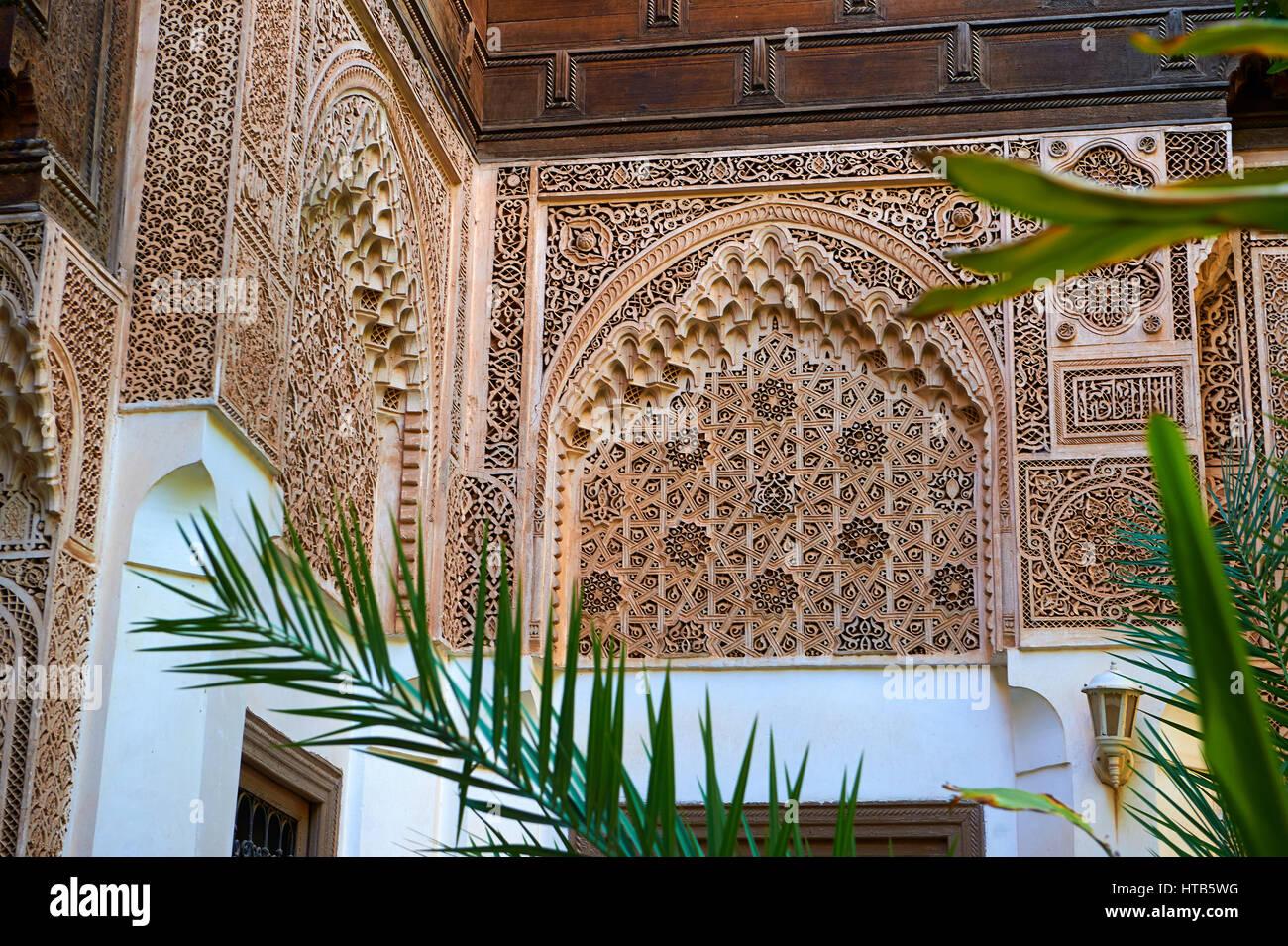 Berber Arabesken Mocarabe und Muqarnas Verputz. Die Petite Gericht, Bahia-Palast, Marrakesch, Marokko Stockbild