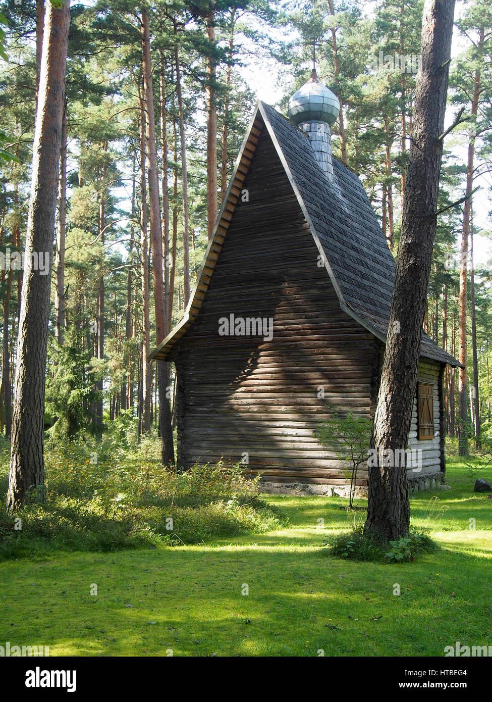 Hölzerne Landhaus im grünen bewaldete Wiesen außerhalb von Riga ...