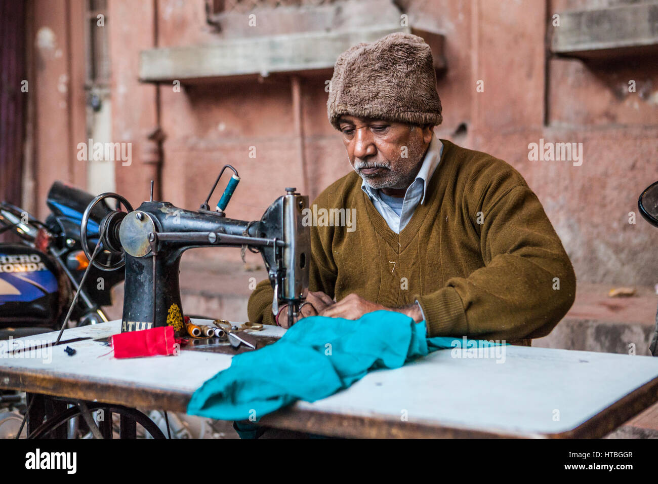 Ein Mann, der arbeitet an einer Nähmaschine auf Sadar Markt in Jodhpur, Rajasthan, Indien. Stockbild