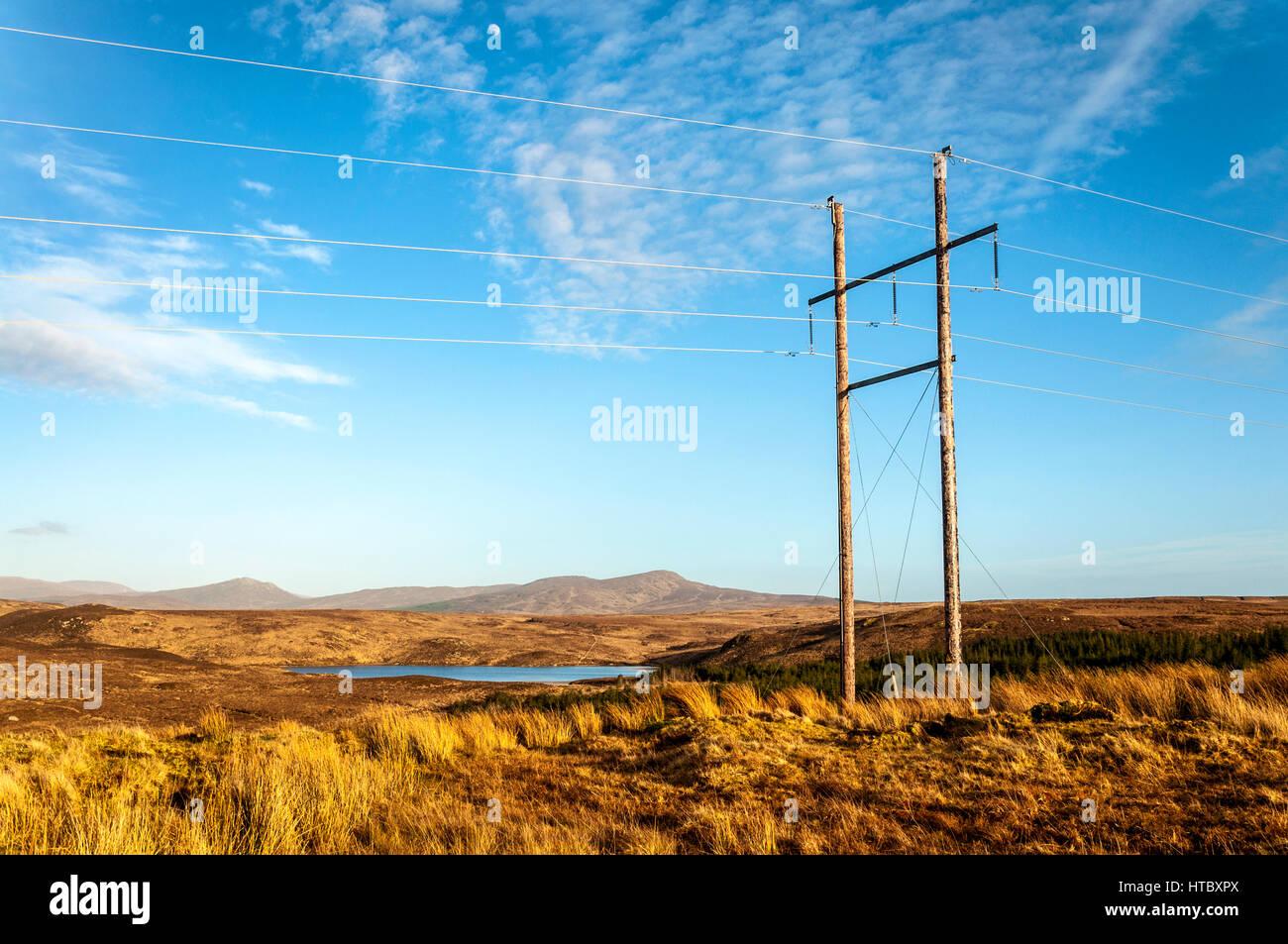 Ländliche Strommasten und Linien in County Donegal, Irland. Teil des ESB Eirgrid Stockbild