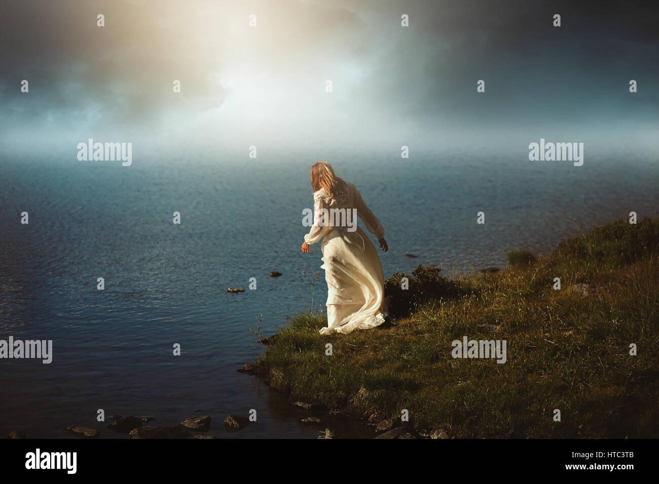 Frau surreale Gewässer betrachten. Fotomanipulation mit verträumten Farben Stockbild