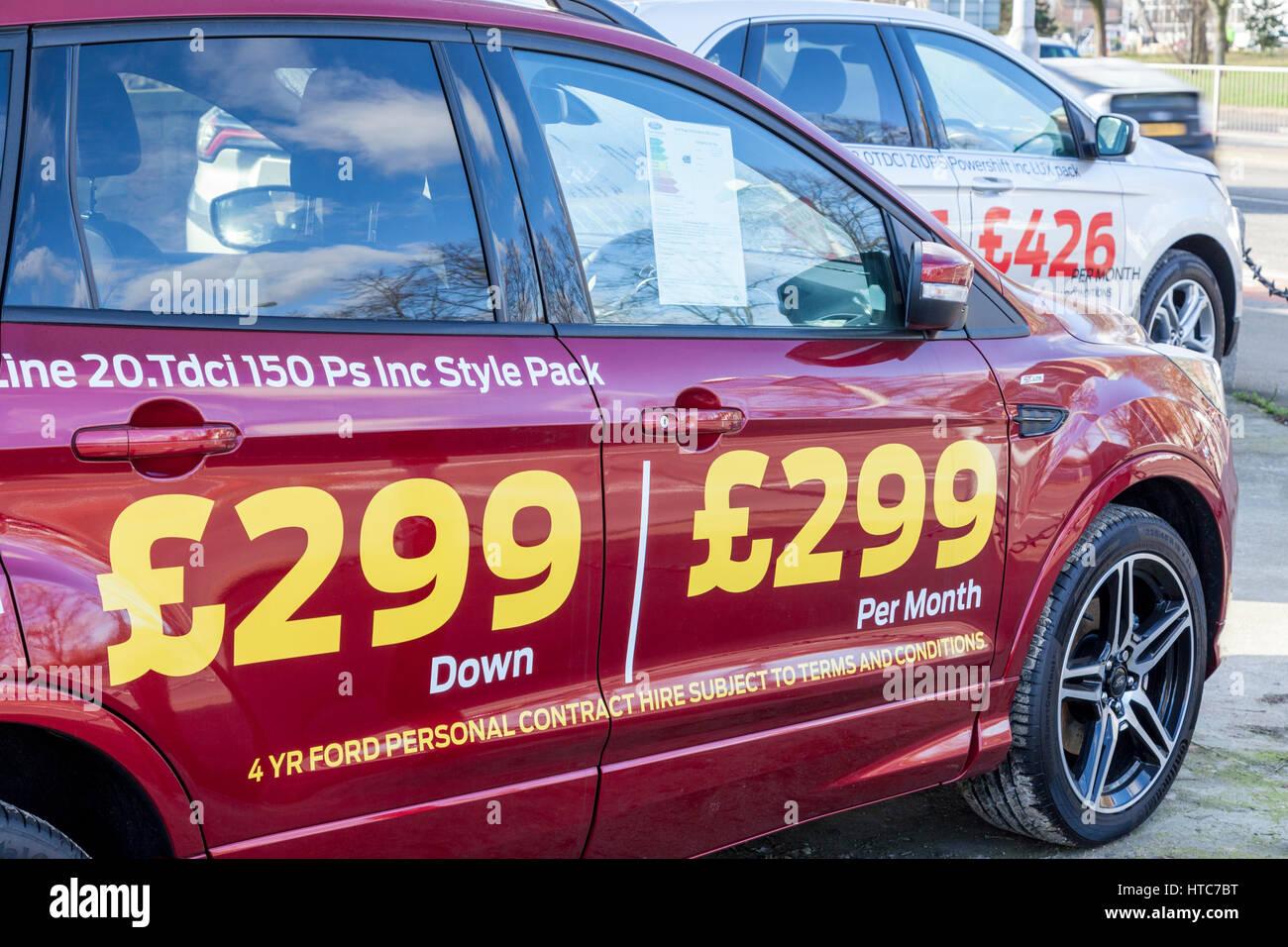 Auto-Finanzierung. Die Kosten für die monatlichen Zahlungen angezeigt auf der Seite des Autos für Verkauf, Stockbild