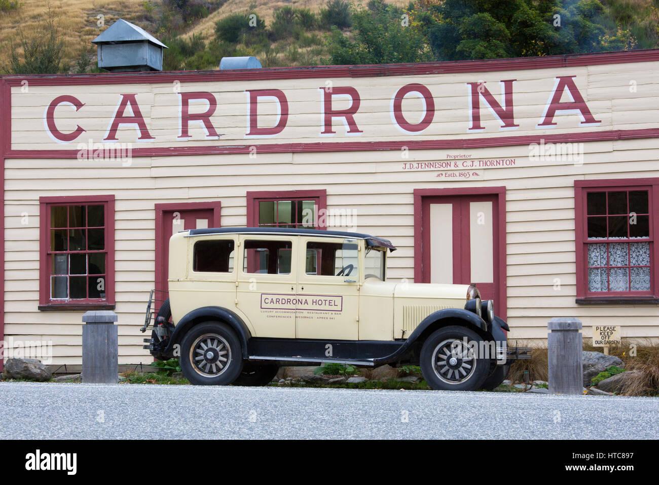 Cardrona, Otago, Neuseeland. Fassade des historischen Cardrona Hotel, gegründet 1863, geparkt Oldtimer vor. Stockbild