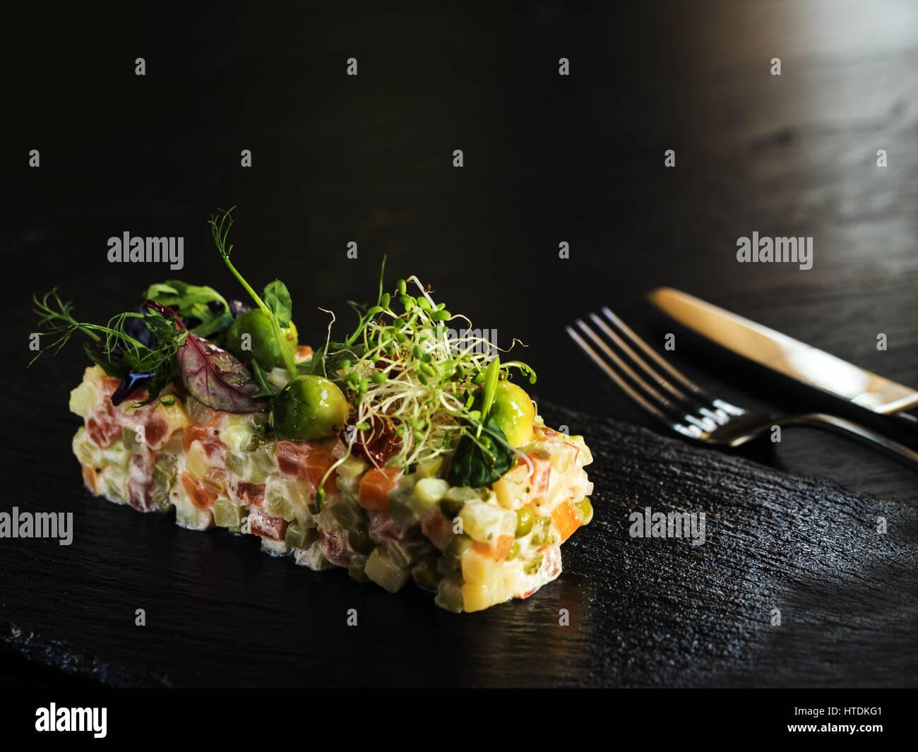 Vegetarischer Salat Olivier, die gekochten Kartoffeln und Karotten, Erbsen, Gewürzgurken, frischer Gurke, Tofu Stockbild